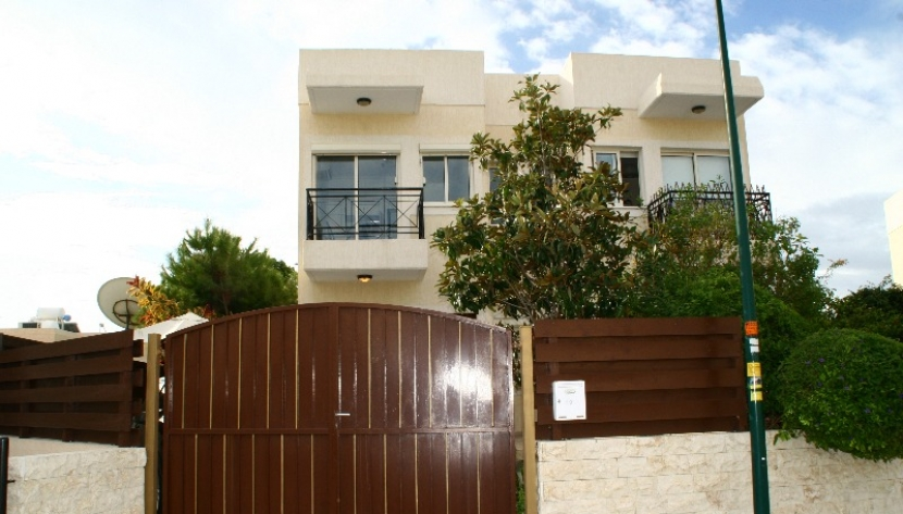 2 BED SEMI DETACHED HOUSE IN LIMASSOL WALKING DISTANCE TO THE BEACH